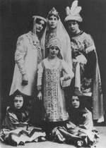 В роли Снегурочки - старшая дочь Шаляпина Ирина (слева)