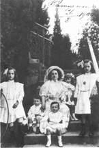 И.И. Шаляпина-Торнаги с детьми. Ратухино, август 1909 г.