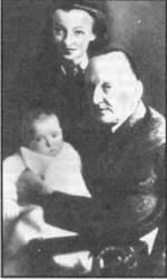 """А. Вертинский с женой и дочерью Марианной. Москва. Гостиница """"Метрополь"""". 1944 г."""