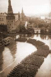 Участники Парада Победы проходят по Манежной площади