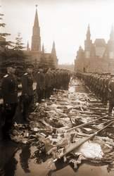 Немецкие знамена, брошенные советскими воинами на Красную площадь во время Парада Победы