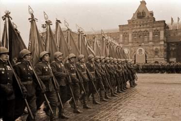 Колонна офицеров Красной Армии, бросающих фашистские знамена к подножью мавзолея им.В.И.Ленина